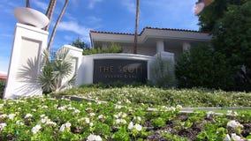 Scottsdale, Arizona/los E.E.U.U. - 11/4/2018: La muestra de Scott Resort y del balneario con un cielo azul almacen de metraje de vídeo