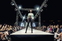 SCOTTSDALE, AZ- 3 ottobre, modella montrare le progettazioni Fotografie Stock Libere da Diritti