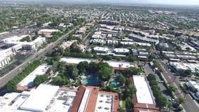Scottsdale, l'Arizona, U.S.A. - ritiro aereo/colpo inverso su un luminoso e Sunny Day archivi video