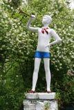 Scout de garçon heureux de sculpture en parc image stock