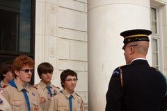 Scouts de garçon et dispositif protecteur d'honneur Photographie stock libre de droits