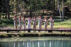 Scouts jouant dans le camp Photos stock