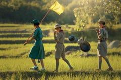 Scouts ståtar att gå i naturligt parkerar royaltyfria bilder