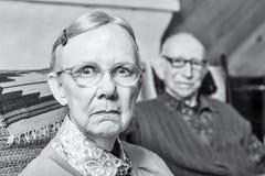 Scowling ältere Paare stockfotos