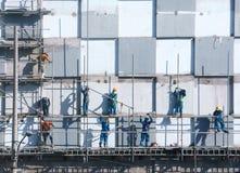 Scraffold asiático del trabajador de construcción, solar Imagenes de archivo