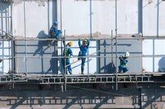 Scraffold asiático del trabajador de construcción, solar Foto de archivo