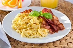 Scrambled eggs with crispy bacon Royalty Free Stock Photos