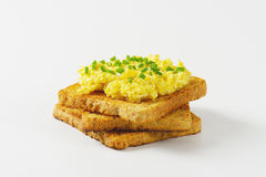 Scrambled eggs ith chopped chives on toast Royalty Free Stock Photography