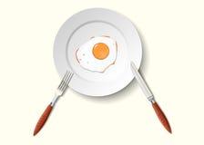 Scrambled ei in een kom met een vork en een mes Royalty-vrije Stock Foto