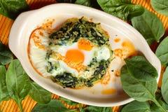 Scrambled ei met spinazie stock afbeeldingen