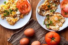 Scrambled, gebraden, gekookte eieren op een houten lijst Royalty-vrije Stock Afbeeldingen