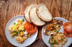 Scrambled, gebraden, gekookte eieren op een houten lijst Royalty-vrije Stock Fotografie
