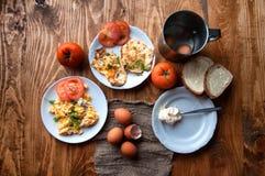 Scrambled, gebraden, gekookte eieren op een houten lijst Stock Foto