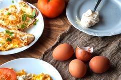 Scrambled, gebraden, gekookte eieren op een houten lijst Stock Fotografie