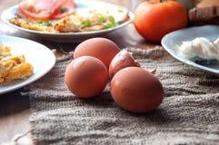Scrambled, gebraden, gekookte eieren op een houten lijst Royalty-vrije Stock Afbeelding