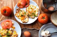 Scrambled, gebraden, gekookte eieren op een houten lijst Royalty-vrije Stock Foto