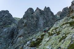 Scrambling em uma sarjeta obscuro nas montanhas altas na manhã fotos de stock royalty free