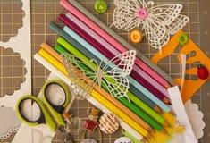 Scrapbooking e o fundo da arte com ferramentas, elementos, coloriram o lápis e a borboleta Fotografia de Stock