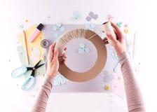 Scrapbooking mästarklass DIY Gör en vårdekor för inre - den blom- kransen som göras av papper Ensam fryst tree Hobby för kvinna`  fotografering för bildbyråer