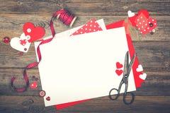 Scrapbooking per il giorno del ` s del biglietto di S. Valentino Fotografia Stock