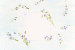 Scrapbooking-Seite mit blauen Blumen Stockbild