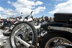 Motorcyklar i en scrapyard Royaltyfri Fotografi