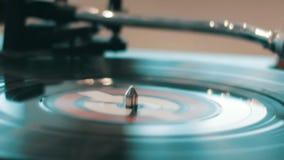 Scratch del DJ sulle piattaforme ad un night-club della discoteca archivi video
