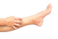 Scratch della mano della donna sui piedi con backgroud bianco per la c sana Immagini Stock