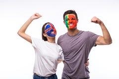 Исландия против Португалии на белой предпосылке Футбольные болельщики национальных команд празднуют, танцуют и scream Стоковое фото RF