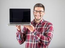 有膝上型计算机陈列的人screeen 免版税库存照片