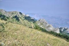 Screensaver para o desktop onde a paisagem do verão das montanhas crimeanas é descrita imagens de stock