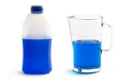 Screenwash líquido en jarro plástico de la botella y del vidrio Imagenes de archivo