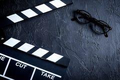 Screenwriterdesktop met de raads donkere achtergrond van de filmklep aan Stock Foto