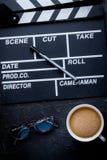 Screenwriterdesktop met de raads donkere achtergrond van de filmklep aan Royalty-vrije Stock Afbeeldingen