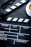 Screenwriterdesktop met de raads donkere achtergrond van de filmklep aan Stock Fotografie