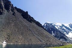 screes Kurumnik куча частей утесов Разбрасывать больших камней в горах Altai на предпосылке снежного стоковое фото