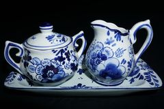 Scrematrice della porcellana di Delft e ciotola di zucchero fotografie stock libere da diritti
