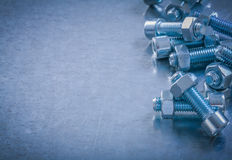 Screwbolts και καρύδια στο γρατσουνισμένο μεταλλικό constructio υποβάθρου Στοκ φωτογραφία με δικαίωμα ελεύθερης χρήσης