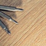 Screwdrive zastępowalni kawałki na drewnianym tle Obraz Royalty Free