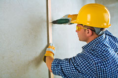 Ένας ανάδοχος που εργάζεται με το ηλεκτρικό screwdriwer Στοκ εικόνες με δικαίωμα ελεύθερης χρήσης