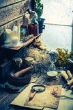 Scribe- och witcherseminarium med snirklar och ingredienser Fotografering för Bildbyråer