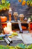 Scribeskrivbord mycket av recept och stearinljus Royaltyfri Fotografi