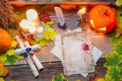 Scribeskrivbord mycket av snirklar och stearinljus Royaltyfria Bilder