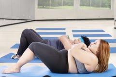 Scricchiolii addominali di esercizio di peso eccessivo della gente Immagine Stock