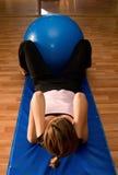 Scricchiolii con una sfera di Pilates Fotografia Stock Libera da Diritti