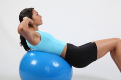 Scricchiolii dello stomaco di esercitazione dalla giovane donna atletica Fotografia Stock Libera da Diritti