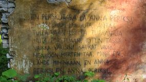 Scripture finlandês na parede na floresta profunda foto de stock royalty free