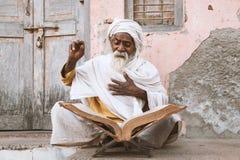 Scriptures indianos velhos da leitura do sadhu imagens de stock
