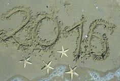 Scritto 2016 anni nella sabbia Immagini Stock