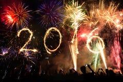 2016 scritto con i fuochi d'artificio come fondo Immagini Stock Libere da Diritti